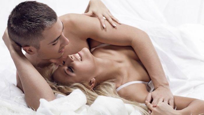 Couple in bed 700x394 - APRENDE A CONTRAER LA VAGINA