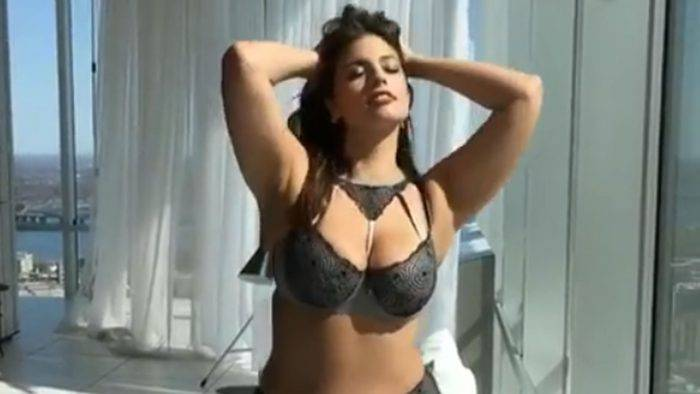 ashley graham en lenceria 700x394 - EL LOOK EN LA CAMA