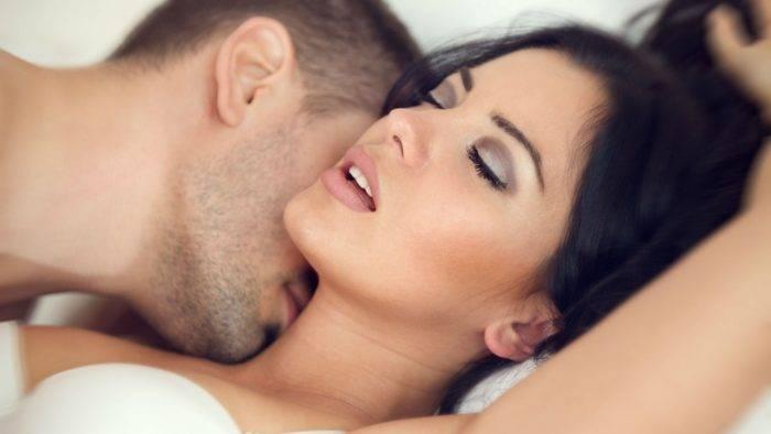 hombre besando el cuello de una mujer 700x394 - EL ORGASMO FEMENINO EXTENDIDO Y MASIVO