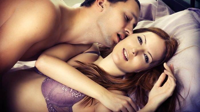 hombre besando a mujer en la cama 700x394 - LOGRA UN ORGASMO ACARICIANDO SUS PECHOS