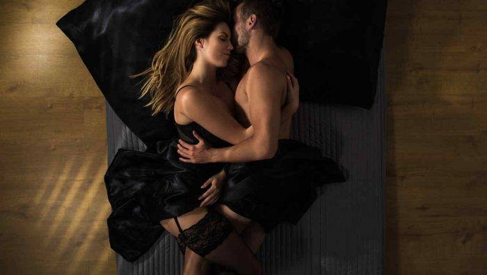 pareja abrazandose acostada 700x395 - EN FORMA PARA UN EXCITANTE SEXO