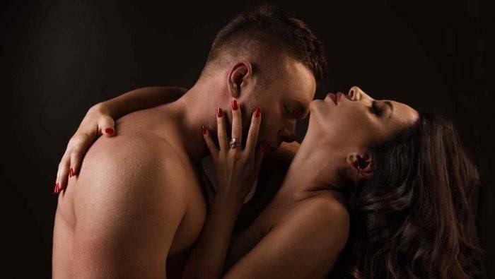 pareja besandose 700x395 - EXCELENTES POSTURAS PARA LA PENETRACIÓN