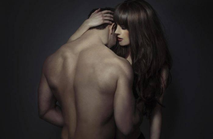 si tiene unas senoras espaldas no dudes en decirselo y recordarle lo sexy y atractivo que es corbis 700x456 - Vive las mas excitantes emociones de la sexualidad