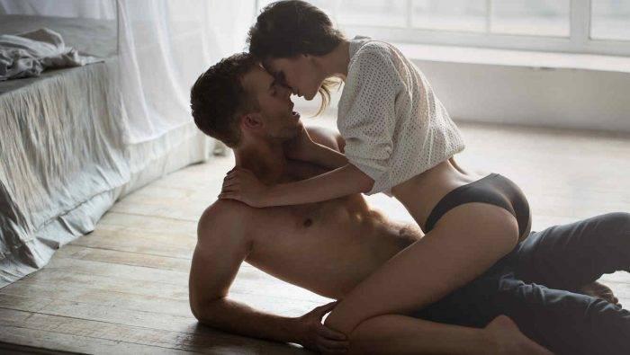 mujer sentada sobre hombre 700x395 - El hombre y su excitación sexual