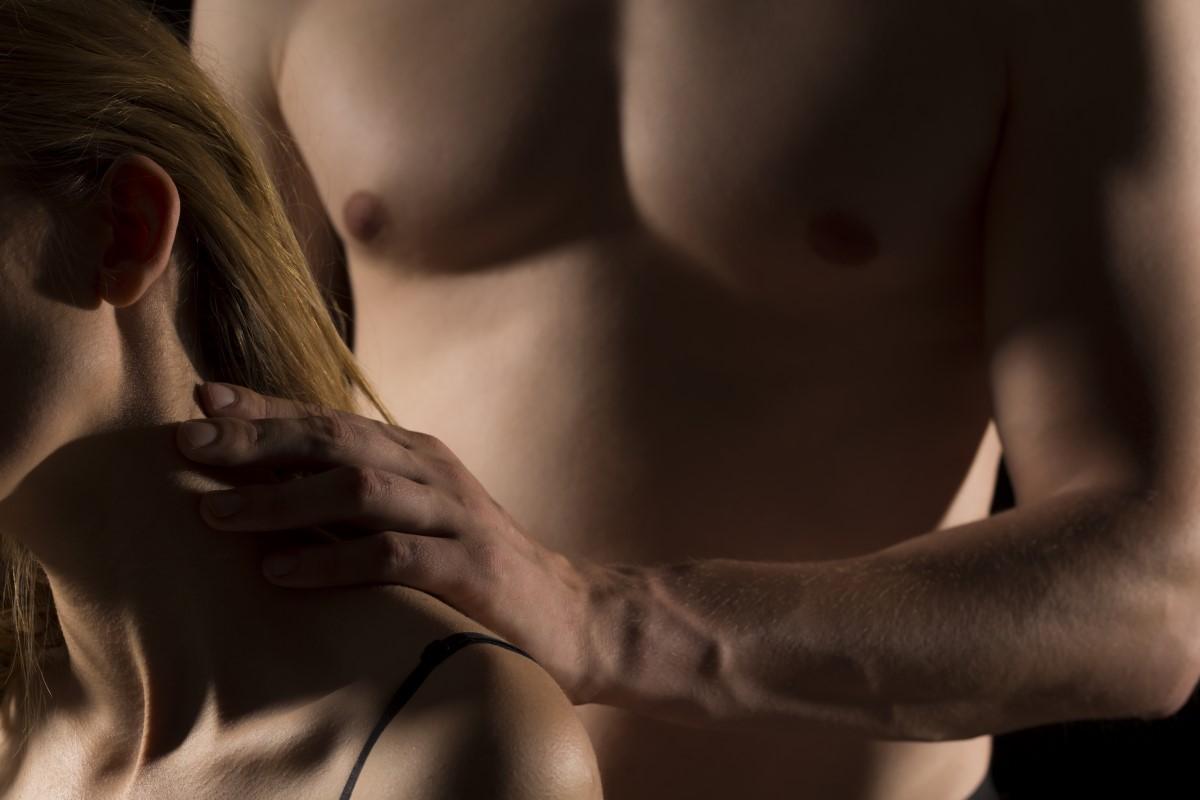 Disfrutando el masaje con una escort